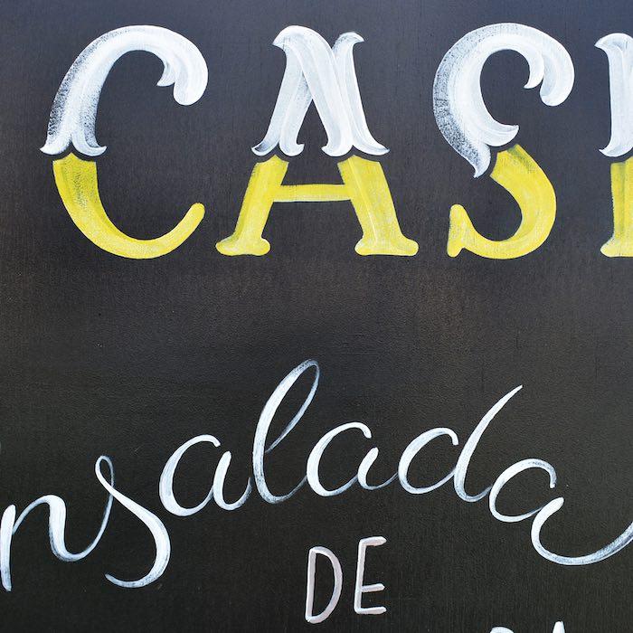detalle-pizarra-pintada-a-mano-cartel-de-madera-rotulacion-lettering-masquetiza