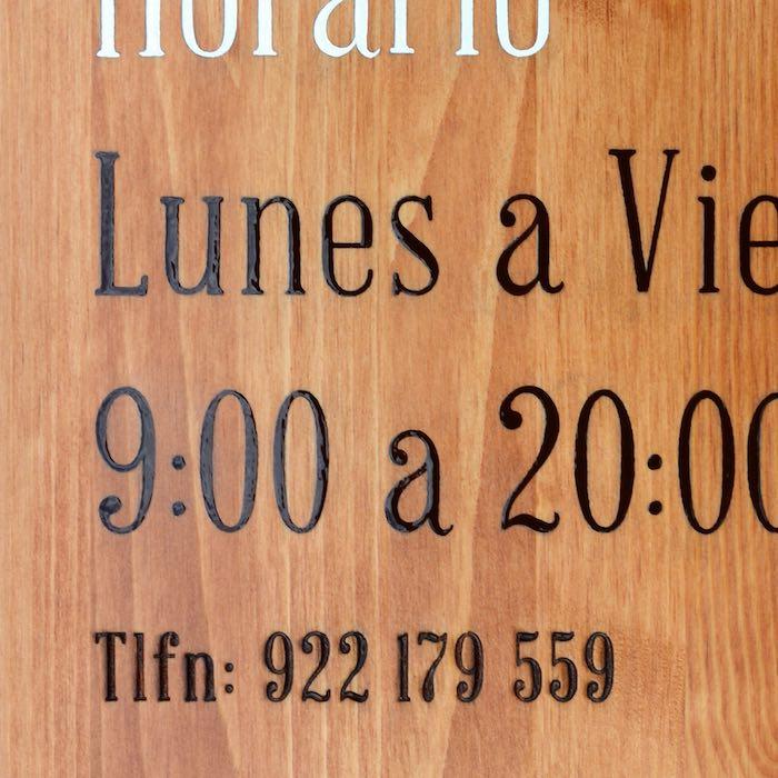 detalle-cartel-de-madera-pintado-a-mano-y-grabado-laser-masquetiza