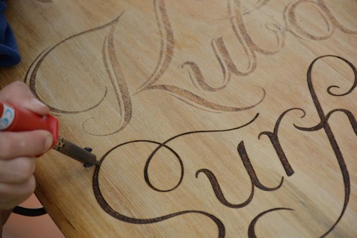 detalle-pirograbados-lettering-alaia-surf-work-in-progress-masquetiza